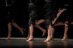 Ben av unga dansare på dansgolvet Royaltyfria Bilder