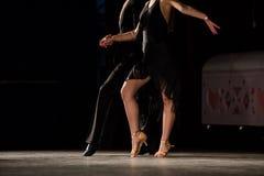 Ben av unga dansare på dansgolvet Royaltyfri Foto