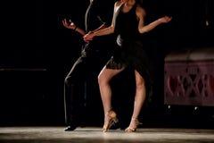 Ben av unga dansare på dansgolvet Arkivfoton