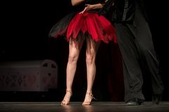 Ben av unga dansare på dansgolvet Arkivbilder