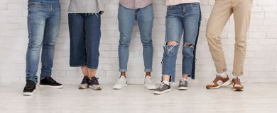 Ben av v?nner Ungdomari jeans och byxa arkivbild