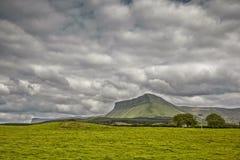 Ben Bulben Mountain em Sligo, Irlanda, na costa ocidental fotografia de stock royalty free