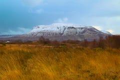 Ben Bulbin i vintern, Co Sligo Irland arkivbilder