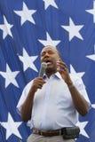 Ben Carson fecha-se acima na frente das estrelas de uma bandeira dos E.U., em agosto de 2015 Fotos de Stock Royalty Free