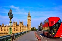 Ben Clock Tower e ônibus grandes de Londres imagem de stock royalty free