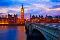 Ben Clock Tower London grande em Thames River imagens de stock
