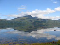 Ben die meer in Loch Scridain wordt weerspiegeld, overweegt stock fotografie