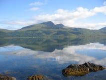 Ben die meer in Loch Scridain wordt weerspiegeld, overweegt royalty-vrije stock afbeelding