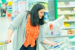 ben för bakgrundspåsebegrepp som shoppar den vita kvinnan Kvinna som väljer och tar gods i supermarketlagret arkivbild
