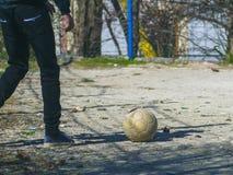 Ben för ` s för fotbollspelare och fotbollboll på fält royaltyfria bilder