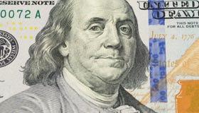 Ben Franklin affronta su noi una macro estrema di 100 banconote in dollari, primo piano dei fondi degli Stati Uniti Fotografia Stock