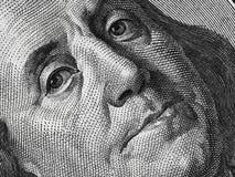 Ben Franklin enfrenta em nós um macro extremo de 100 notas de dólar, st unido Fotos de Stock