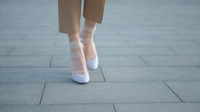 Ben går nylon för kvinnliga skor för beslutsamhet moderiktigt arkivfilmer
