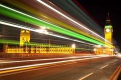 Ben grande Londres con las luces del omnibus entrante Fotografía de archivo