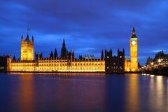 Ben grande y casas del parlamento en la noche Imagen de archivo