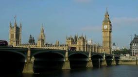 Ben grande y casas del parlamento en Londres, sobre el río Támesis almacen de video