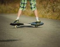 Ben i gymnastikskor på en waveborde Fotografering för Bildbyråer