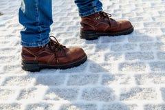 Ben i kängaställning på snöspisgallret Fotografering för Bildbyråer