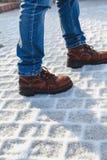 Ben i kängaställning på snöspisgallret Arkivfoton