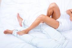 Ben i säng Arkivfoto