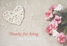 Ben mijn Valentine-tekst met hart en rozen op de juteachtergrond royalty-vrije stock afbeelding