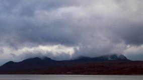 Ben More durante una mañana tempestuosa del estuario en Sutherland, Escocia durante noviembre metrajes
