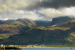 Ben Nevis berg och Fort William stad Landskap i Skotska högländerna Royaltyfri Fotografi