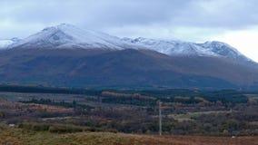 Ben Nevis Range cubierto con la nieve vista del puente de Spean - Escocia metrajes
