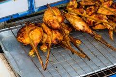 Ben och fega vingar som lagas mat på gallret Arkivbild