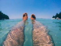 Ben och fot i havet arkivfoto