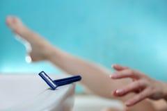 ben som rakar kvinnan Royaltyfria Foton
