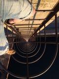 Ben som står på stegen på den höga bron bredvid flodhavet royaltyfria foton