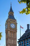 ben stor husparlament Tävla tid i staden av London Kontorsarbetare som har en lunch parkerar in, bredvid den St Paul domkyrkan Royaltyfri Bild