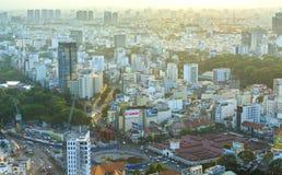 Ben Thanh Market Center beskådade från ovannämnt med skyskrapor Arkivbilder