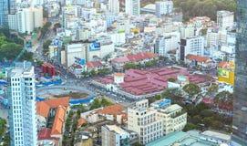 Ben Thanh Market Center beskådade från ovannämnt med skyskrapor Royaltyfri Bild