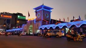 Ben Thanh Market i centrala Ho Chi Minh City, Vietnam, en livlig stad och många motorcyklar på natten lager videofilmer