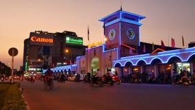 Ben Thanh Market i centrala Ho Chi Minh City, Vietnam, en livlig stad och många motorcyklar på natten arkivfilmer