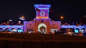 Ben Thanh Market i centrala Ho Chi Minh City, Vietnam, en livlig stad och många motorcyklar på natten stock video