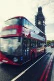 Ben Under Conservation Works grande e ônibus vermelho do ônibus de dois andares no mo imagens de stock