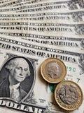 benadering van Amerikaans bankbiljet van één dollar en muntstukken van één echte pond, achtergrond en textuur stock foto's