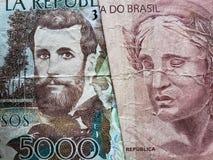 benadering van Columbiaans bankbiljet van 5000 peso's en Braziliaans bankbiljet van tien reais