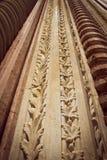 Benadering van een gesneden kolom Besteed door de passage van tijd Simuleert doorweven bladeren vormt een herhaald patroon stock afbeelding