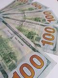 benadering van gestapelde 100 dollarsrekeningen Stock Afbeelding