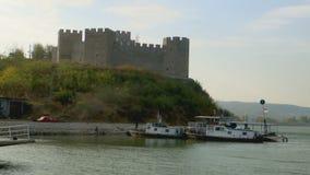 Benadering van het water van een oude vestingstoren in de Donau stock video