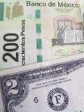benadering van Mexicaans bankbiljet van 200 peso's en Amerikaanse twee dollarrekening, achtergrond en textuur stock foto
