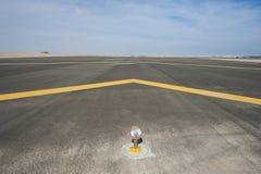 Benaderingslicht op een luchthavenbaan stock afbeeldingen