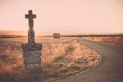 Benadrukt dwars herdenkingsmonument langs de kant van de weg royalty-vrije stock fotografie