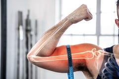 Benadrukt wapen die van de mens bicepsen met het meten van band meten Stock Afbeelding