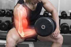 Benadrukt wapen van sterke mens het opheffen gewichten Stock Foto's