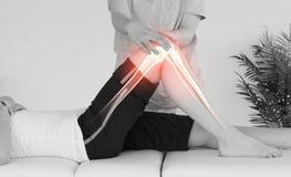 Benadrukte beenderen van vrouw bij fysiotherapeut Royalty-vrije Stock Fotografie